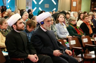 Ayatollah Dr. Reza Ramezani lauscht der Ansprache. Foto: Kathrin Erbe