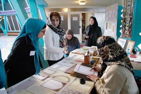 Beim Kalligrafie-Workshop. Foto: Kathrin Erbe