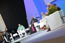 Fatima Emari, Brigitte Jaschke, Erzbischof Ignatius Kaigama, Hamideh Mohagheghi, Prof. Dr. Omar Kamil, Prof. Dr. Dirk Ansorge und Moderator Meinhard Schmidt-Degenhard auf dem Podium. Foto: Ralf Adloff