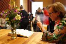 Gisela Groß-Ikkache bläst die Kerze aus_D
