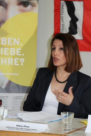 Bilkay Öney, Integrationsministerin Baden-Württembergs, stellt das von ihrem Ministerium unterstützte Präventionsprojekt zu Zwangsverheiratung vor. Foto: © TERRE DES FEMMES