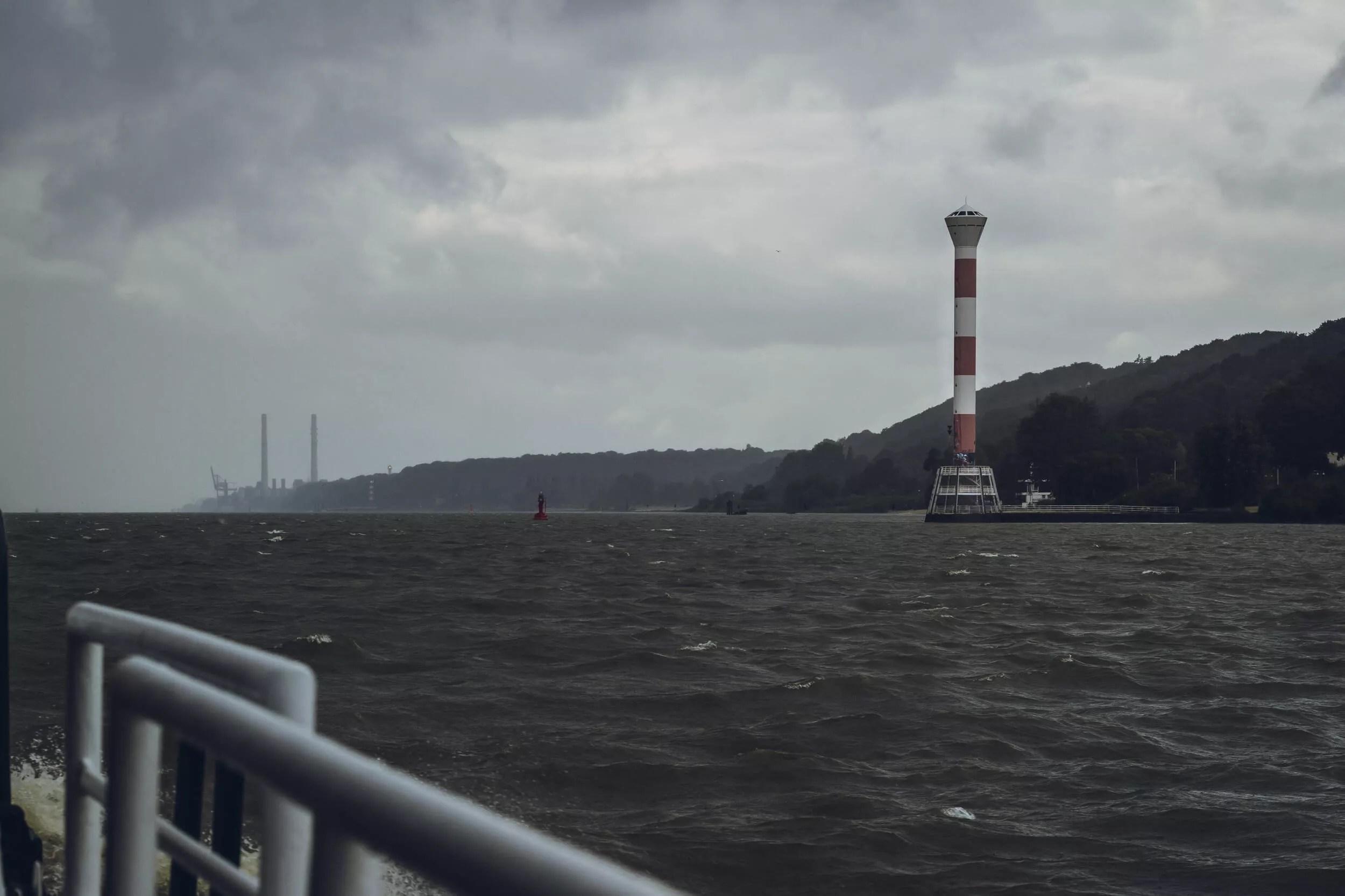 Auf der Elbe mit Aussicht auf den Leuchtturm von Blankenese