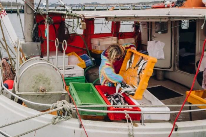 Eine Fischerin im Hafen von Travemünde