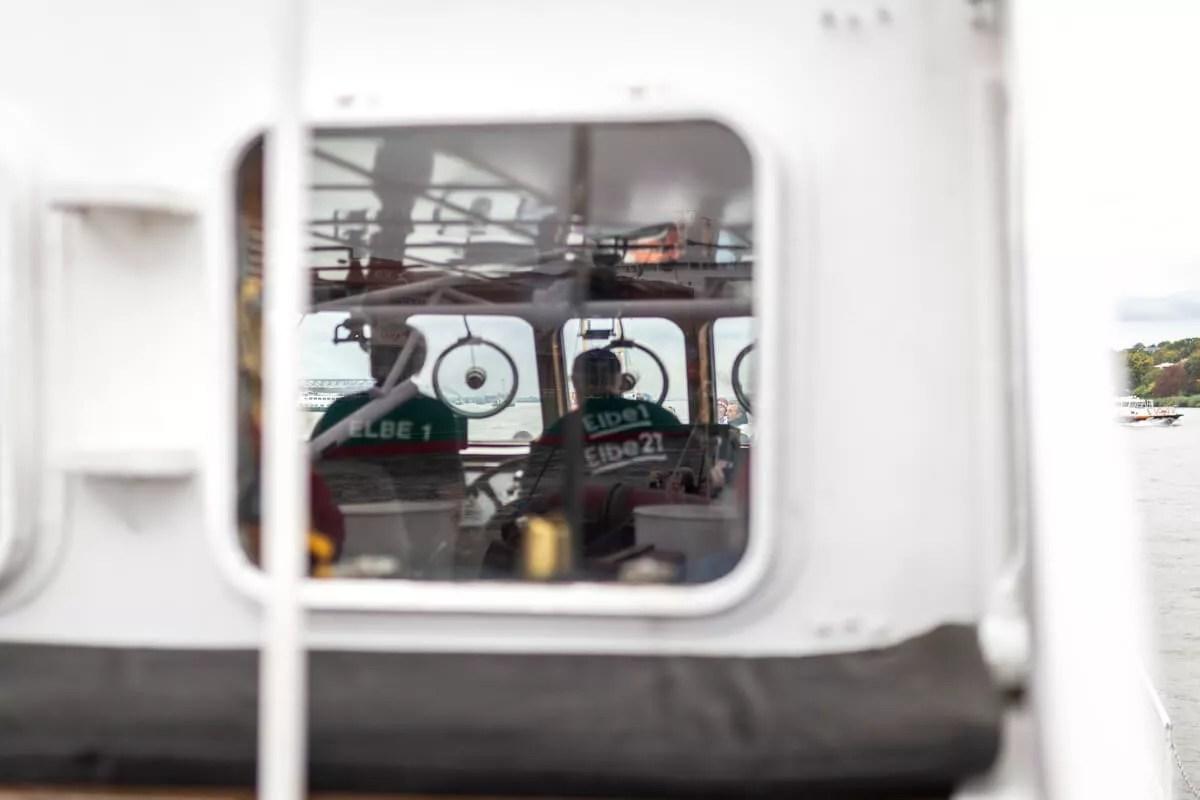 Die Crew der Elbe1 während des Parade der Traditionsschiffe beim Elbfest 2018