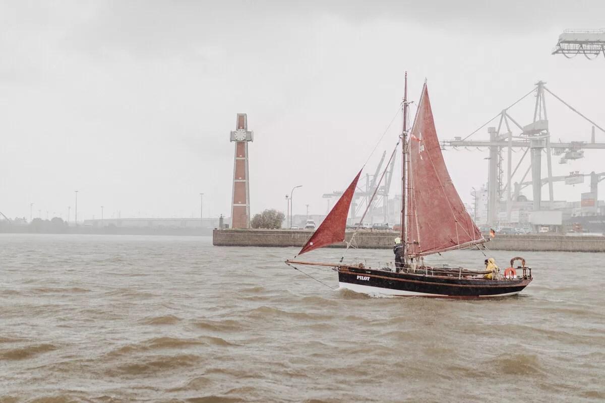 Starker Regen bei der Parade des Traditionsschiffe während des Elbfest2018