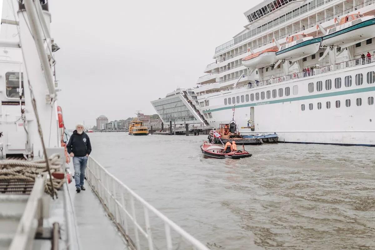 Ausblick vom Deck der Elbe1 Richtung Dockland Fischereihafen und Övelgönne fotografiert beim Elbfest 2018