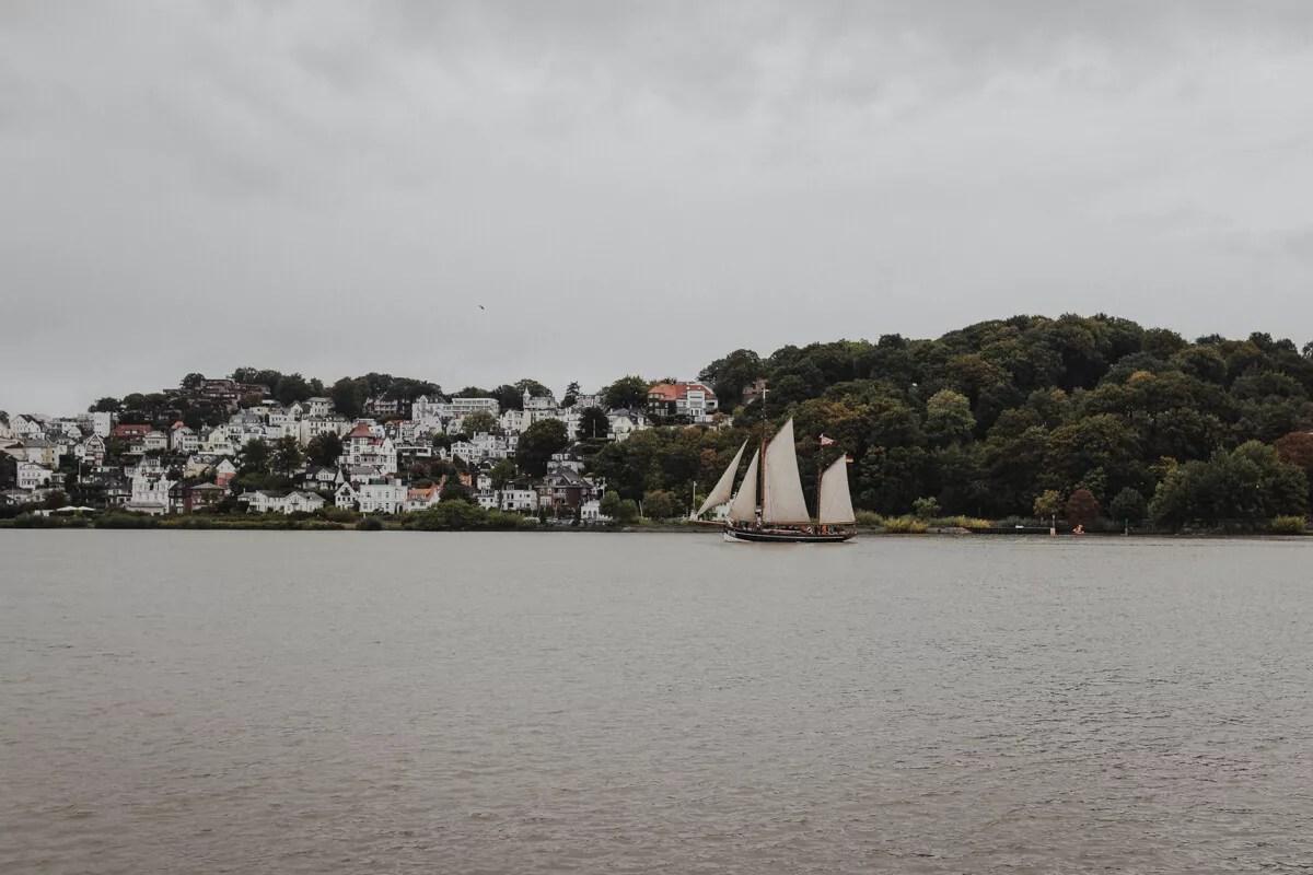 An Bord der Elbe1 während der Parade der Traditionsschiffe beim Elbfest 2018 Ausblick auf Blankenese und HF294 Präsident Freiherr von Maltzahn
