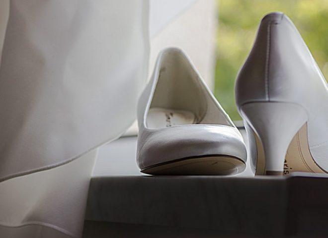 Brautschuhe am Fenster