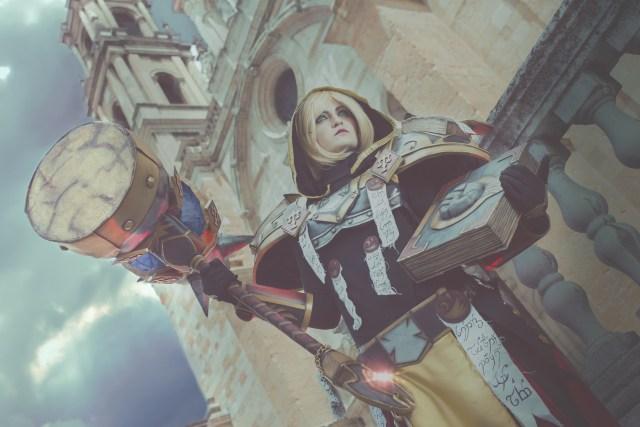 Foto realizada y editada por Phoenix Orange: Paladin ('World of Warcraft'), de Nekazaria