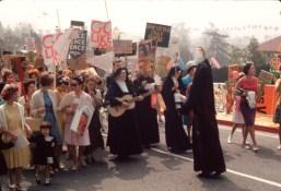 St. Marys dag-procession gennem gaderne med nonne, kunstner og aktivist Corita Kent i spidsen. St. Marys dag er en katolsk mærkedag. (Foto: Fred Swartz)