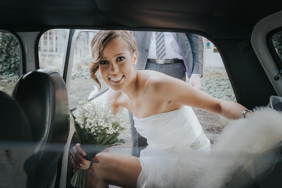 jeune mariée rentre dans la voiture apres céremonie mariage longjumeau frederico santos photographe
