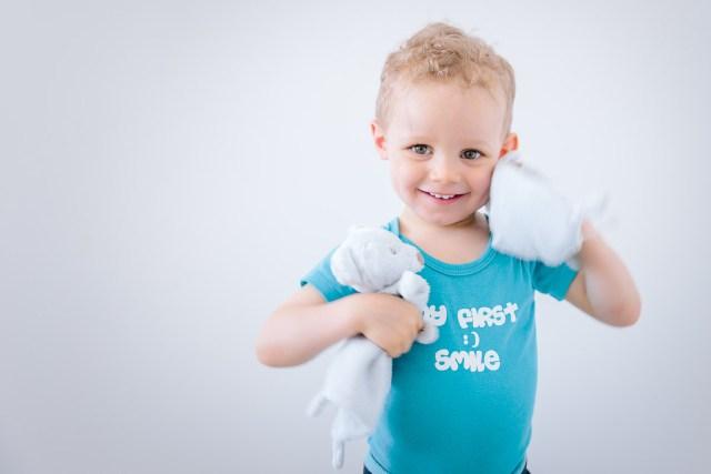Photo d'enfant jouant avec ses doudous
