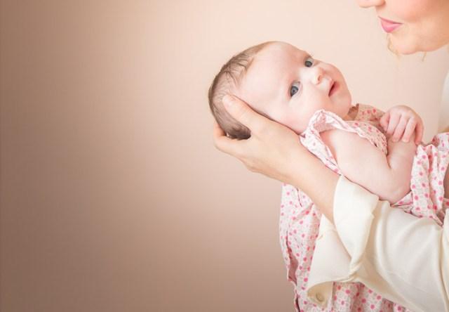 seance photo a domicile paris frederico santos photographe lifestyle famille mère regardant sa fille