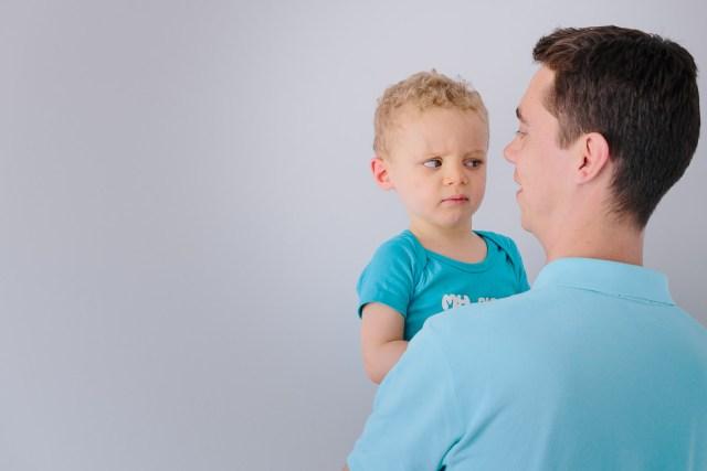 enfant faisant grimace avec son pere
