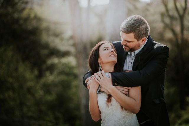 couple mariés parc trash the dress
