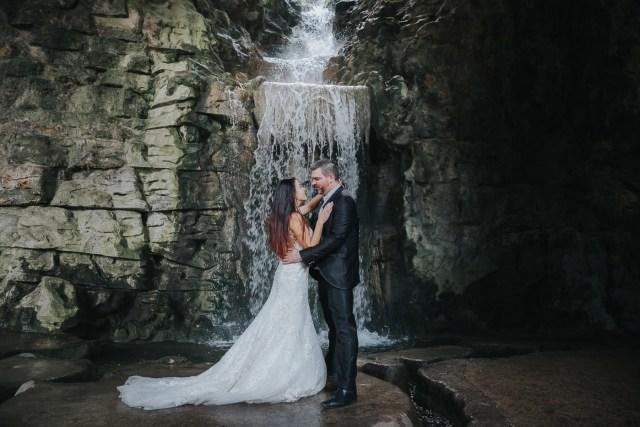 couple devant une cascade se regardant