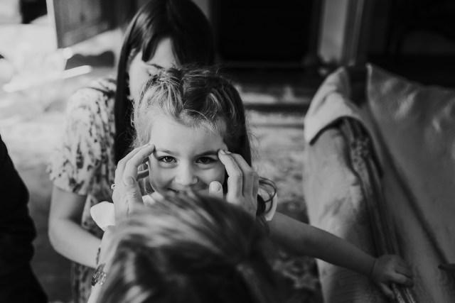 fille qui rit par regard