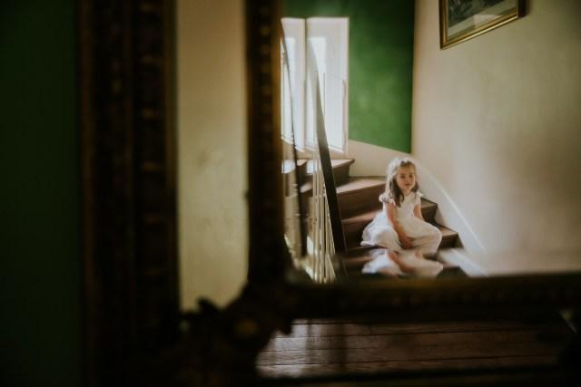 portrait fille sur escalier avant son bapteme