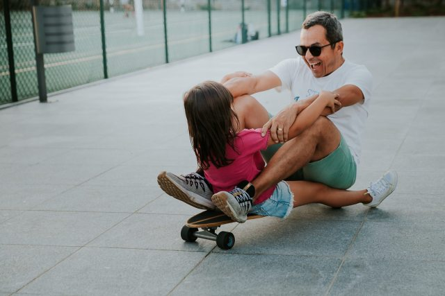 moment famille entre pere et fille au skatepark