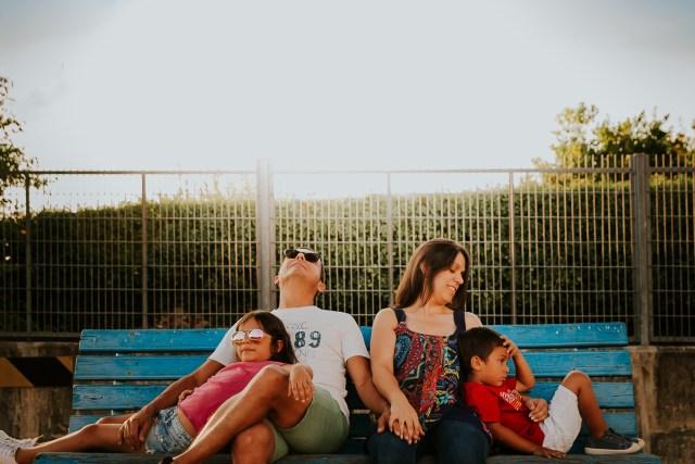 portrait famille sur un banc