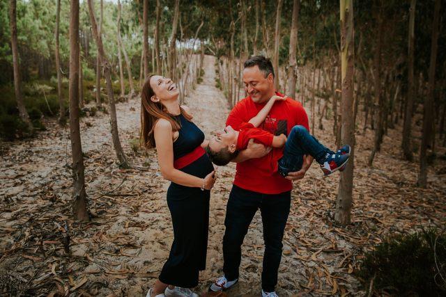 fou rire famille dans forets de pin séance photo grossesse frederico santos photographe