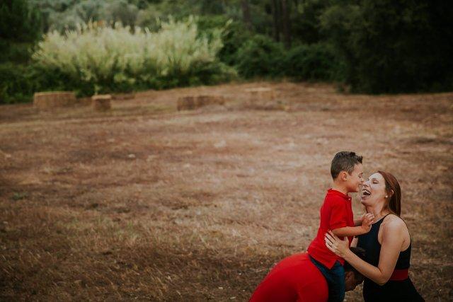 moment entre mere et enfant dans un champs de paille