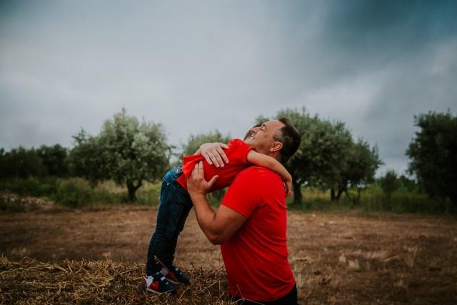 papa prends son garçon dans les bras Frederico santos photographe