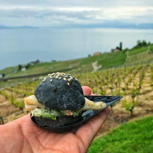 Black Burger de Filet de perche avec la vue sur les vignes
