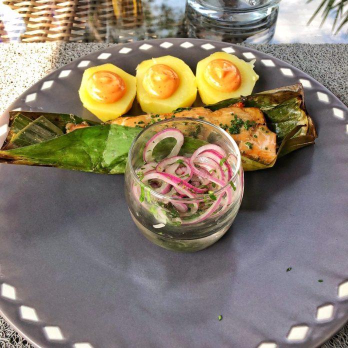 Besame Mucho - Plat Otak Otak Amazonico - Bar et Saumont cuits façon péruvienne dans une feuille de bananier