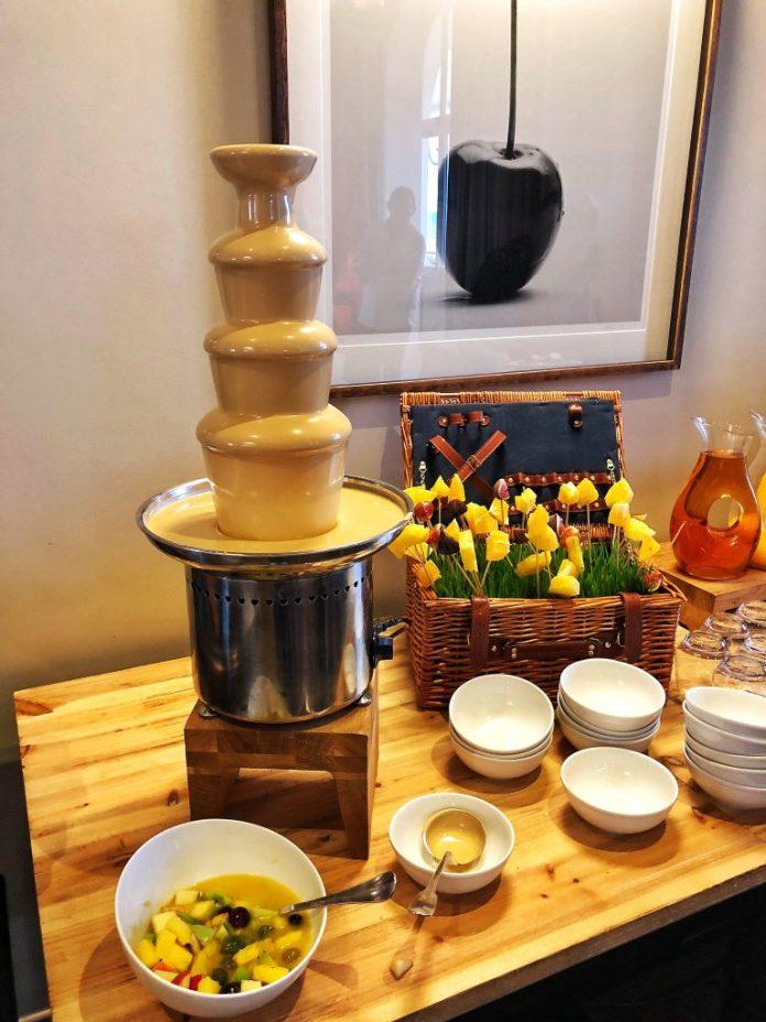 Brunch à l'hôtel Ermitage : Fontaine de chocolat blanc