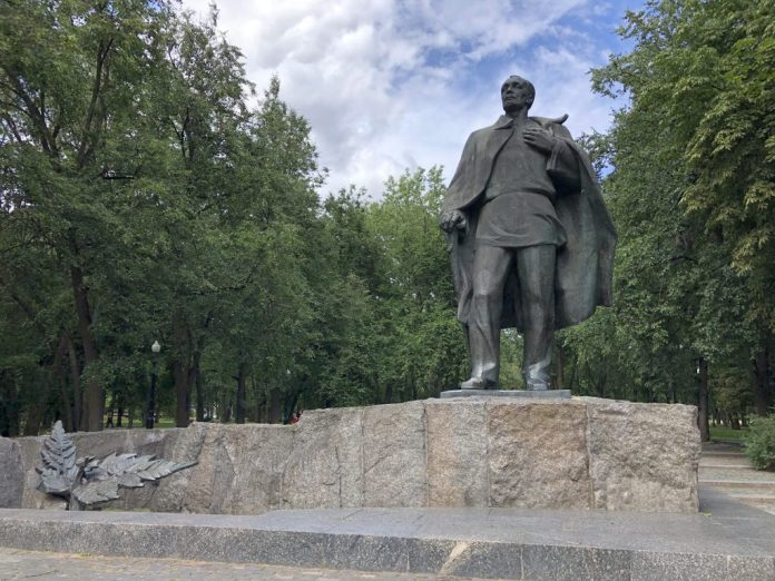 Minsk : Statue de Ianka Koupala