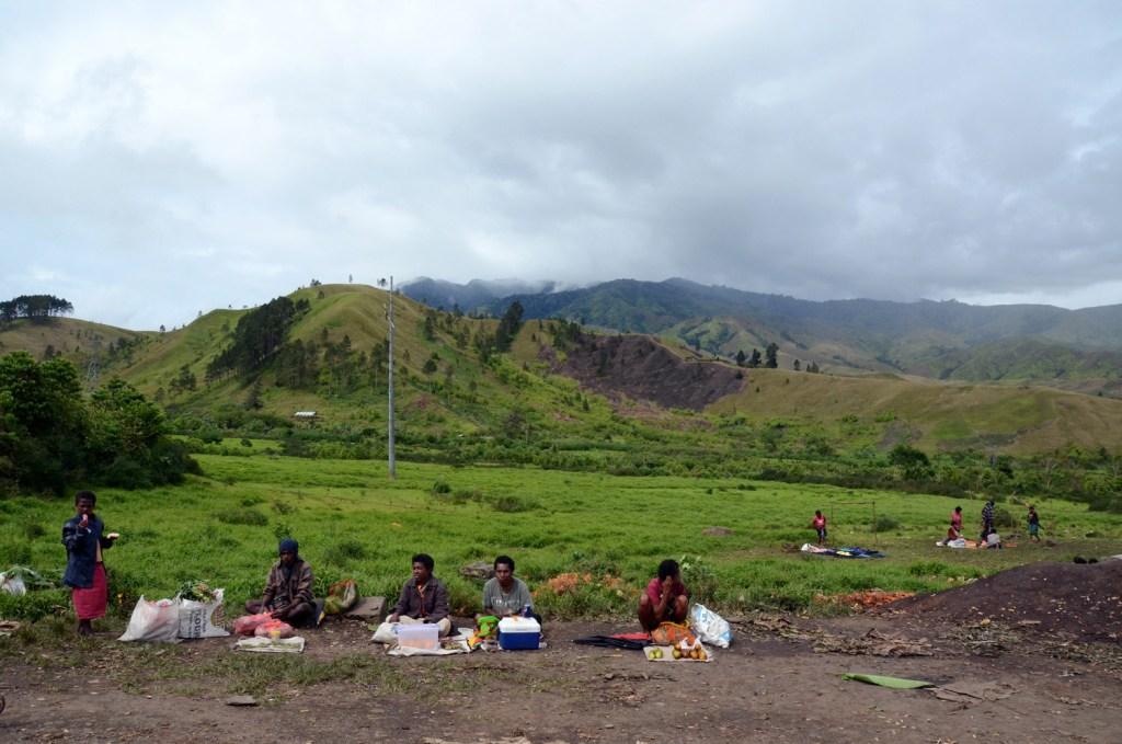 Road vendors in Papua New Guinea