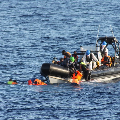 Rescuing-migrants-Irish-Defence-Forces-2016