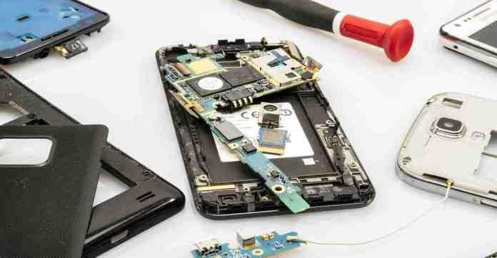 Seis vantagens de escolher a carreira de conserto de telefones celulares