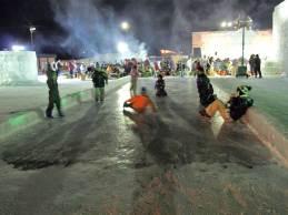 紋別 流氷祭り 氷の上で遊ぶ子供たち