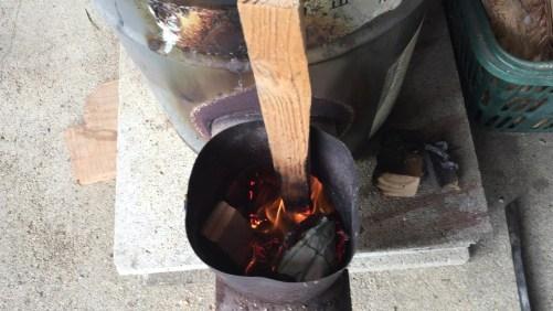 小さな木片に着火を確認