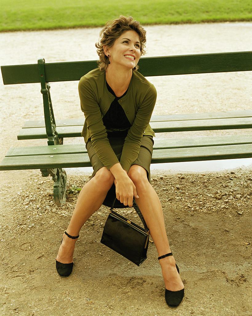 lykkelig kvinne på benken