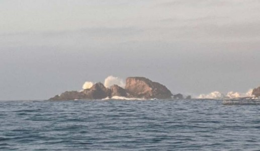 Huge south swell crashing over the rocks in the northeast anchorage in Chamela