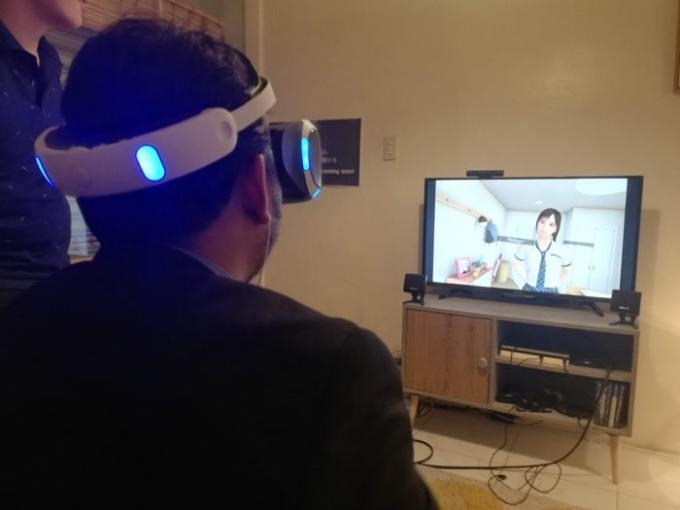 VRのデートゲームしてる人