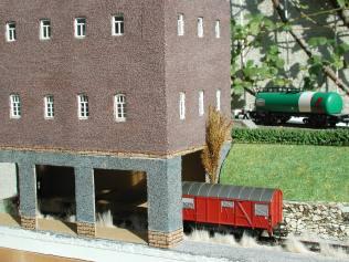 Fabrikgebäude mit Durchfahrt