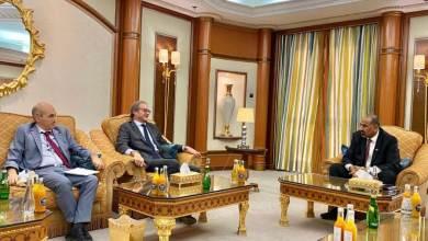 Photo of الرئيس عيدروس الزُبيدي يرد على شائعات وفاته ويظهر في لقاء دبلوماسي رفيع المستوى