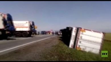 صورة تقلب عشرات الشاحنات بسبب شدة الرياح.. فيديو