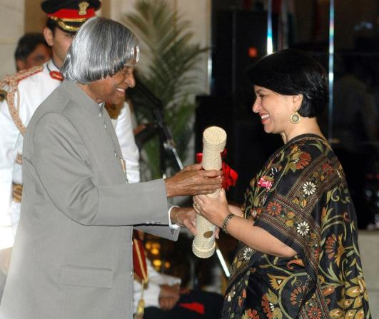 Sucheta Dalal the journalist who exposed Harshad Mehta receiving Padma Shri from the President A.P.J. Abdul Kalam in 2006