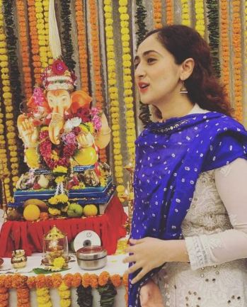 Ruchikaa Kapoor with the idol of Lord Ganesha