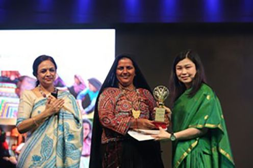 Pabiben Rabari receiving her Prerna Award