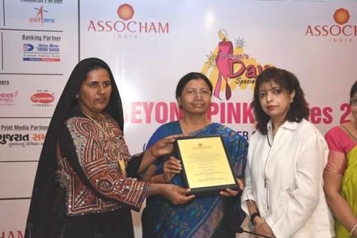 Pabiben Rabari receiving Mahila Shakti Award
