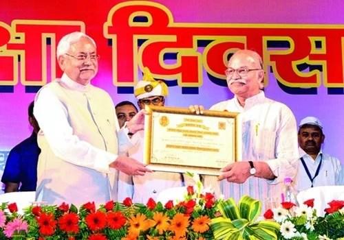 Chief Minister of Bihar, Nitish Kumar honouring H. C. Verma with Maulana Abul Kalam Azad Shiksha Puruskar