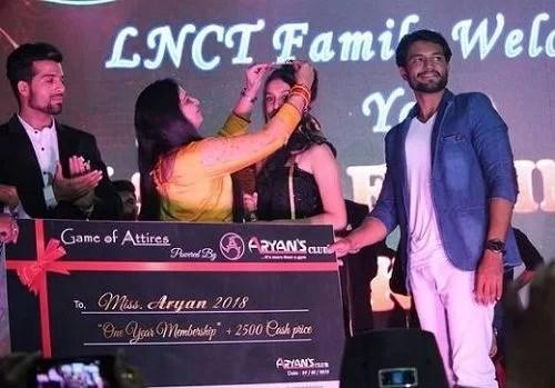 Isha Malviya being crowned as Miss Aryan 2018