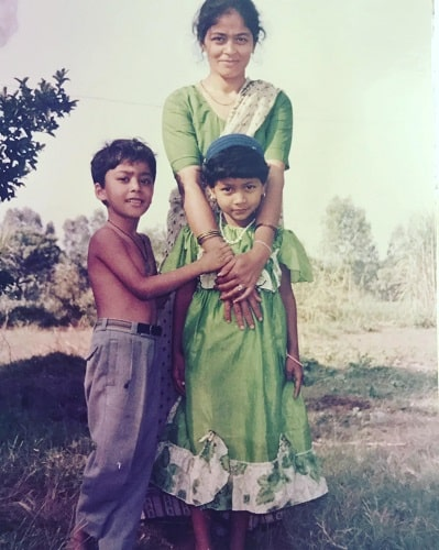 Rahul Vohra's childhood picture with his mother and sister