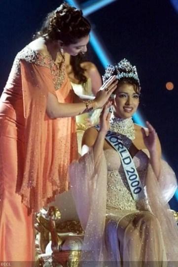 Yukta Mookhey crowning Priyanka Chopra as the MIss World 200